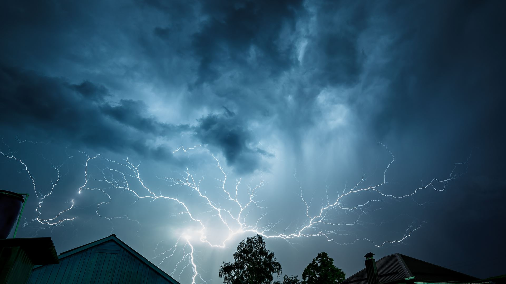 severe thunderstorms will develop in the midwest overnight
