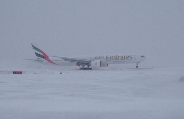 3-3_0821_RNE_DULLES-VA_EMIRATES-PLANE-LANDED-IN-SNOW_TW_@Dulles_Airport