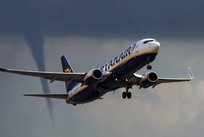 East Midlands Airport, UK. 14th Aug, 2014. Weather: A Tornado following Ryan air fight as it takes off at Eastmidlands airport on route to Palma Mallorca Spain. © Russ Greenwell/Paul King/Alamy Live News